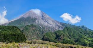 Vulcano del monte Merapi in Java, Indonesia fotografia stock libera da diritti