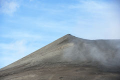 Vulcano di Bromo a East Java, Indonesia e cielo blu Fotografia Stock