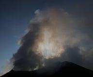 Vulcano di cottura a vapore e di fumo Stromboli Immagine Stock