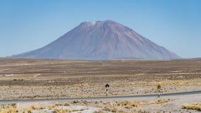 Vulcano di El Misti sopra Arequipa, Perù fotografia stock