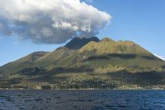 Vulcano di Imbabura sotto San Pablo Lake, Ecuador Immagini Stock