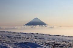 Vulcano di Kluchevskoy. immagine stock