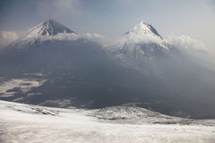 Vulcano di Kluchevskoy e montagna di Kamen. fotografia stock libera da diritti