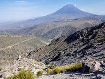 Vulcano di Misti nelle Ande peruviane fotografia stock libera da diritti