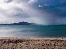 Vulcano di Rangitoto dalla baia di missione, baia di missione, Auckland, Nuova Zelanda fotografia stock libera da diritti