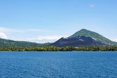 Vulcano di Tavuvur, Rabaul, Papuasia Nuova Guinea Immagine Stock