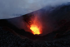 Vulcano di Tolbachik di eruzione: lava della fontana dal vulcano Kamchatk fotografie stock