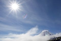 Vulcano e sole di Kluchevskoy fotografia stock libera da diritti