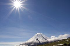 Vulcano e sole di Kluchevskoy Immagine Stock