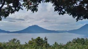 Vulcano e un lago Immagine Stock