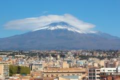 Vulcano maestoso dell'Etna con la città italiana Catania al piede della montagna Neve sulla cima stessa del vulcano fotografia stock libera da diritti
