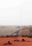 Vulcano nel fondo e l'acqua spruzzano giù Immagine Stock