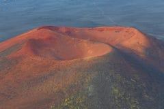 Vulcano senza nome e estinto, pendii coperti di muschio verde Kamchatka, Russia fotografia stock libera da diritti