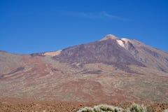 Vulcano sotto un cielo blu immagine stock libera da diritti