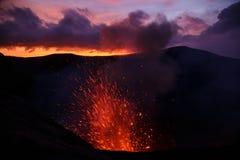 Vulcano van uitbarstingsyasur, zonsondergang op de kraterrand, Tanna, Vanuatu stock afbeelding