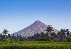 Vulcano zet Mayon in de Filippijnen op Stock Foto's