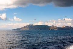 Vulcanoeiland van het overzees wordt gezien die Royalty-vrije Stock Afbeeldingen