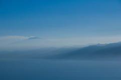 Vulkaan en bergen in de mist. Royalty-vrije Stock Afbeelding