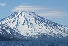Vulkaan en wolken Stock Afbeeldingen