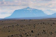 Vulkaan op de achtergrond, IJsland Stock Afbeeldingen