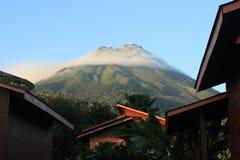 Vulkaan over daken Royalty-vrije Stock Afbeelding