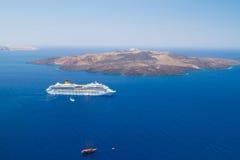 Vulkaan van eiland Santorini met veerboot Stock Afbeeldingen