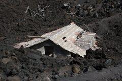 Vulkaan van Etna, desctructed huis Stock Foto's