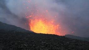 Vulkaan van uitbarstings de actieve Tolbachik op Kamchatka Rusland, het Verre Oosten stock footage