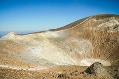 Vulkaankrater met fumarolen op Vulcano-eiland, Eolie, Sicilië Royalty-vrije Stock Afbeeldingen