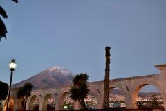 Vulkan över stads- och koloniinvånarearkitekturen i Arequipa royaltyfri foto