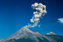 Vulkan, der Fumarolen in der Stadt von Puebla freigibt Lizenzfreie Stockbilder