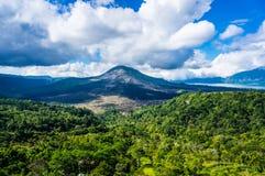 Vulkan, der hoch steht Stockbild