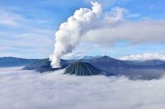 vulkan för bromomonteringssoluppgång Royaltyfri Bild