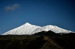 Vulkan för El Teide under snö Arkivbilder