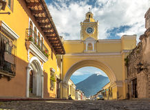 Vulkan för Santa Catalina Arch ans-Agua - Antigua, Guatemala Arkivbilder