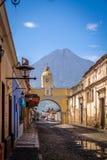 Vulkan för Santa Catalina Arch ans-Agua - Antigua, Guatemala Arkivfoton