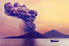 vulkan för anakutbrottindonesia krakatau Royaltyfria Foton