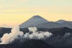 Vulkan Indonesien lizenzfreies stockbild