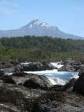 Vulkan mit vulkanischem Felsen und Strom lizenzfreies stockbild