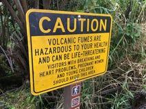 Vulkan- och dunstvarningstecken på Volcano National Park royaltyfri fotografi