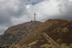 Vulkan och kors royaltyfri foto