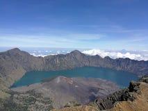 Vulkan och lake Royaltyfria Bilder