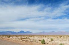 Vulkan på horizonten i den Atacama öknen, Chile Royaltyfri Foto