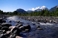 Vulkan und Fluss Lizenzfreies Stockbild
