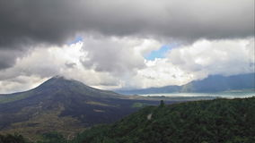 Vulkan- und SeeZeitspanne stock footage