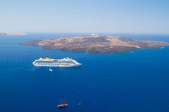 Vulkan von Santorini Insel mit Fähre Stockbilder