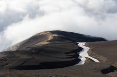 Vulkanberge über den Wolken Lizenzfreie Stockfotos
