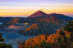 Vulkane in Nationalpark Bromo Tengger Semeru bei Sonnenaufgang Stockbilder