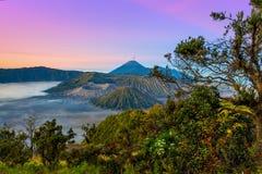Vulkane in Nationalpark Bromo Tengger Semeru bei Sonnenaufgang java Stockbild