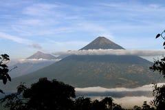 Vulkanen met Wolk stock afbeeldingen